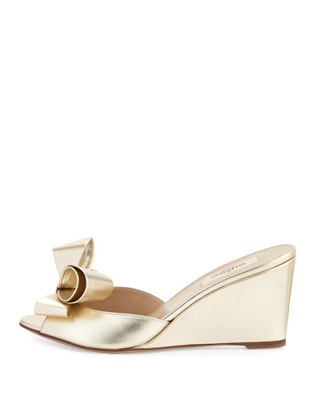 Couture Metallic Bow Wedge Slide, Platino