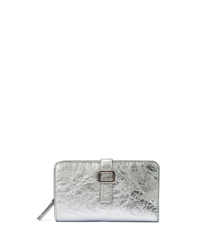 The latest handbag design, Pilgrim de Jour, interprets the house-code  buckle in a sleek and nonchalant way. 3758573ddb