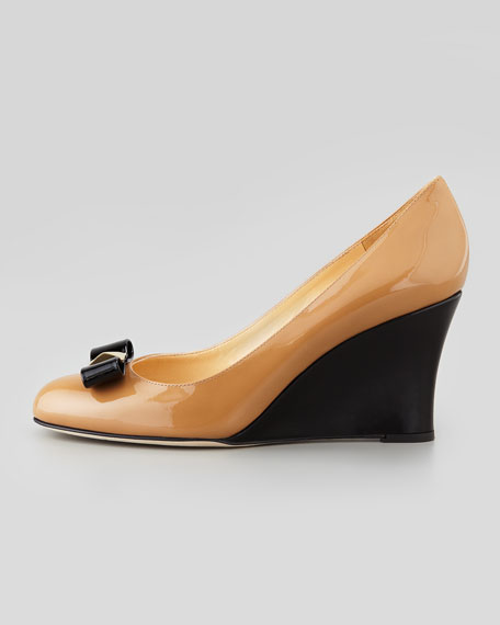 mania patent bow wedge pump, black/camel