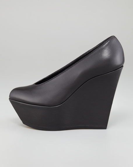 Choked-Up Leather Wedge Pump