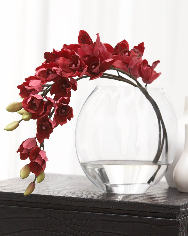 Цветы в вазах стеклянных