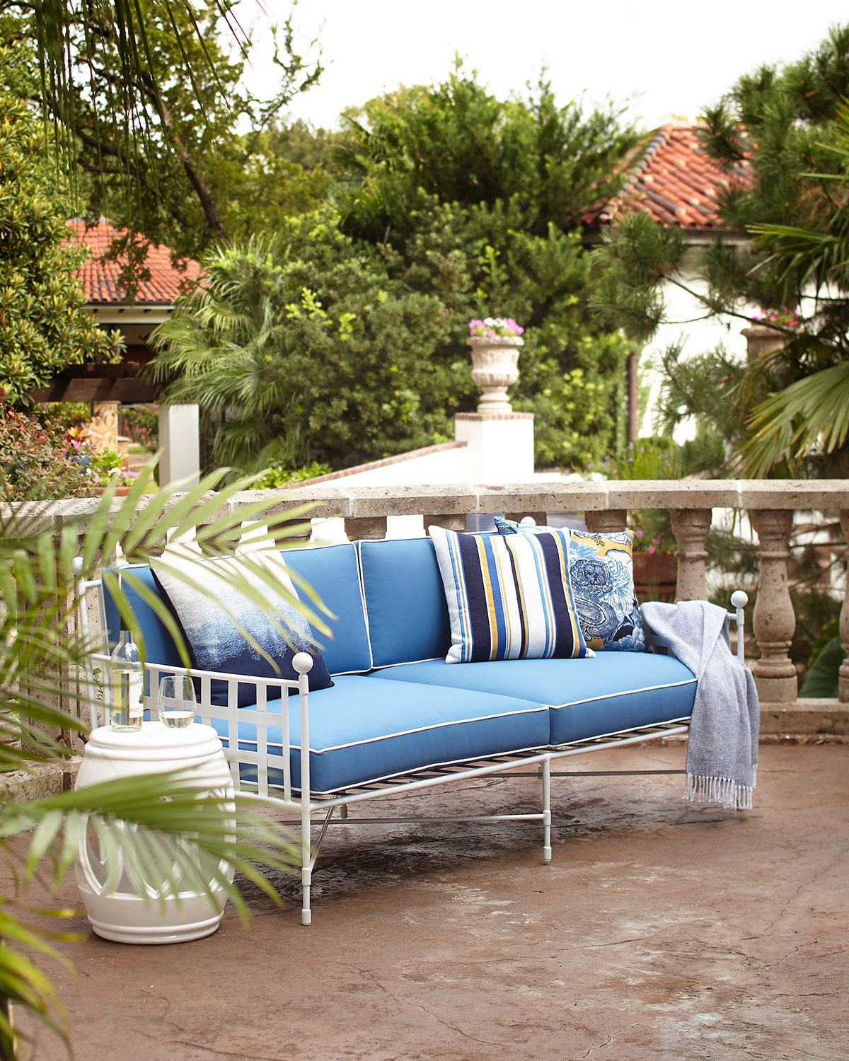 Avery Sofa, White/Blue