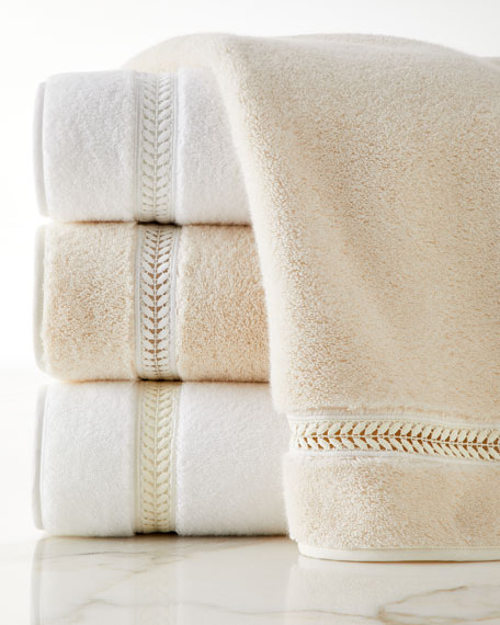 Home Treasures Wreath Guest Towel