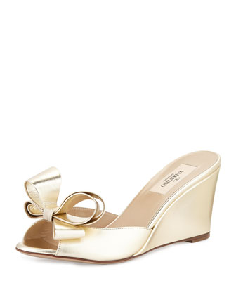 Couture Metallic Bow Wedge Slide, Platino